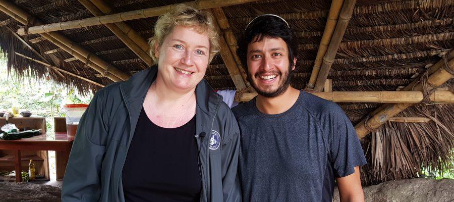 Adrian - Naturführer in Ecuador und Beate - Galapagos PRO auf einer Kakaoplantage