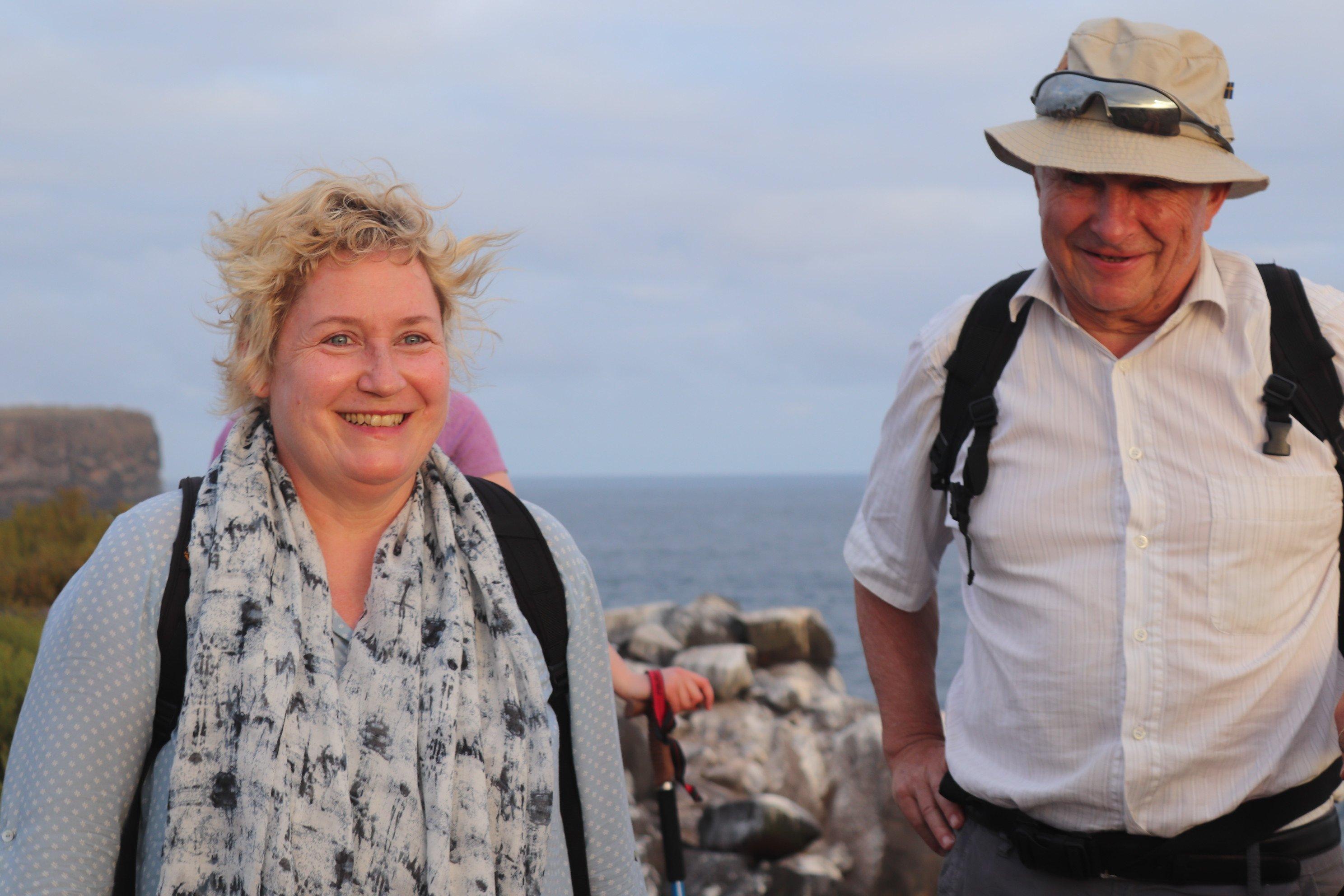Beate - Gründerin Galapagos PRO - auf Española mit Reiseteilnehmer