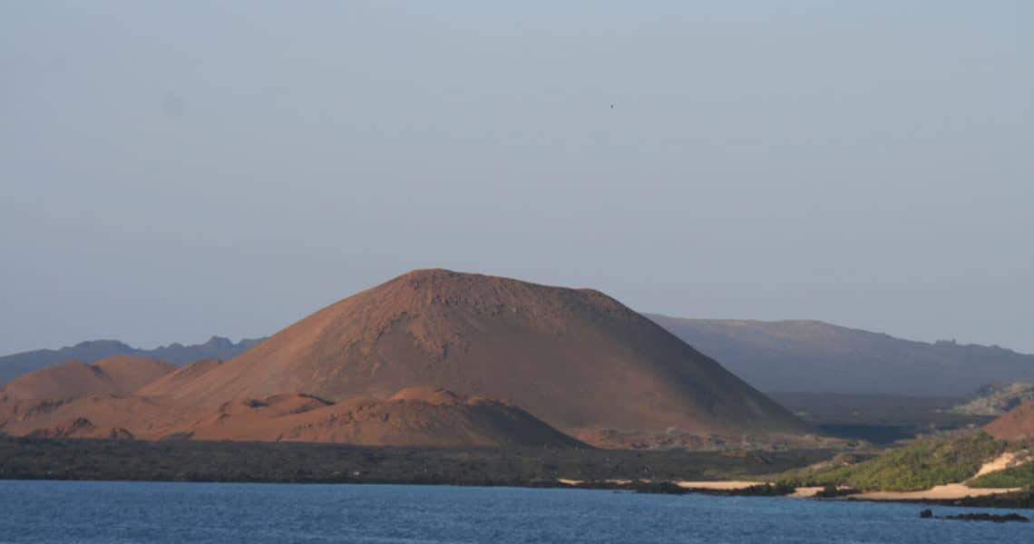 Blick auf Schildvulkan auf Insel Santiago von Bartolomé aus