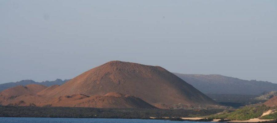 Blick auf den Schildvulkan der Galapagos- Insel Santiago von der Insel Bartolomé aus