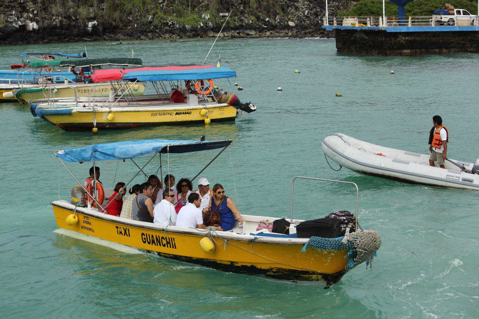 Galapagos-Insel Santa Cruz - Kurze Transportwege mit Wassertaxis in Puerto Ayora