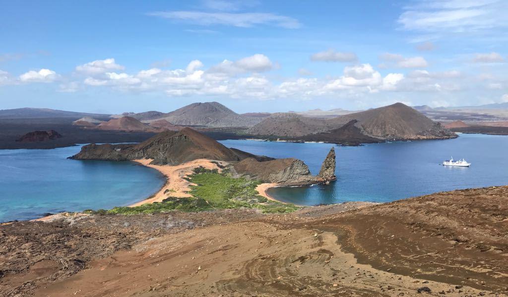 Blick auf das bekannte Galapagos Wahrzeichen - Der Pinnacle Rock