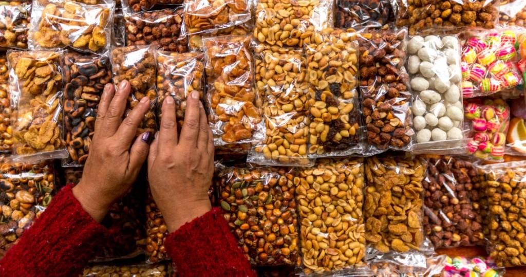 Galapagos PRO Ecuador Reisen bedeutet leckere Snacks und Mahlzeiten - hier geröstete Nüsse und Maiskörner