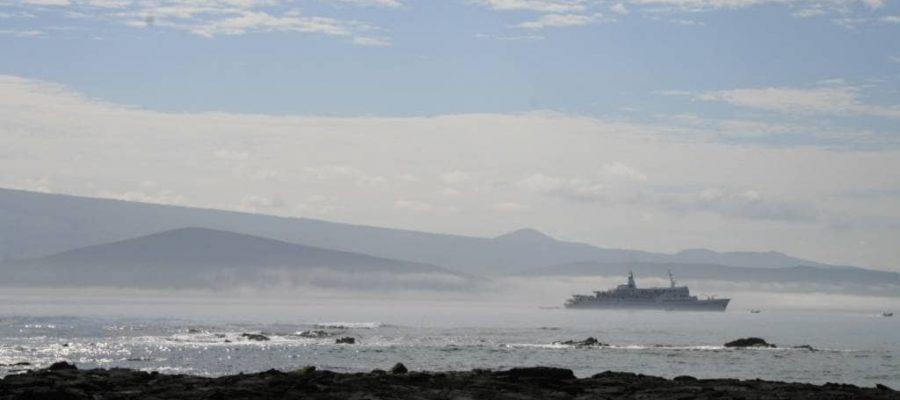 Sonnenaufgang und Nebel vor der Galapagos-Insel Fernandina