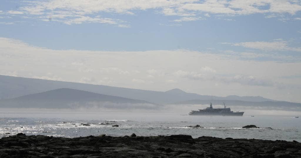 Galapagos PRO Sonnenaufgang und Nebel vor der Insel Fernandina
