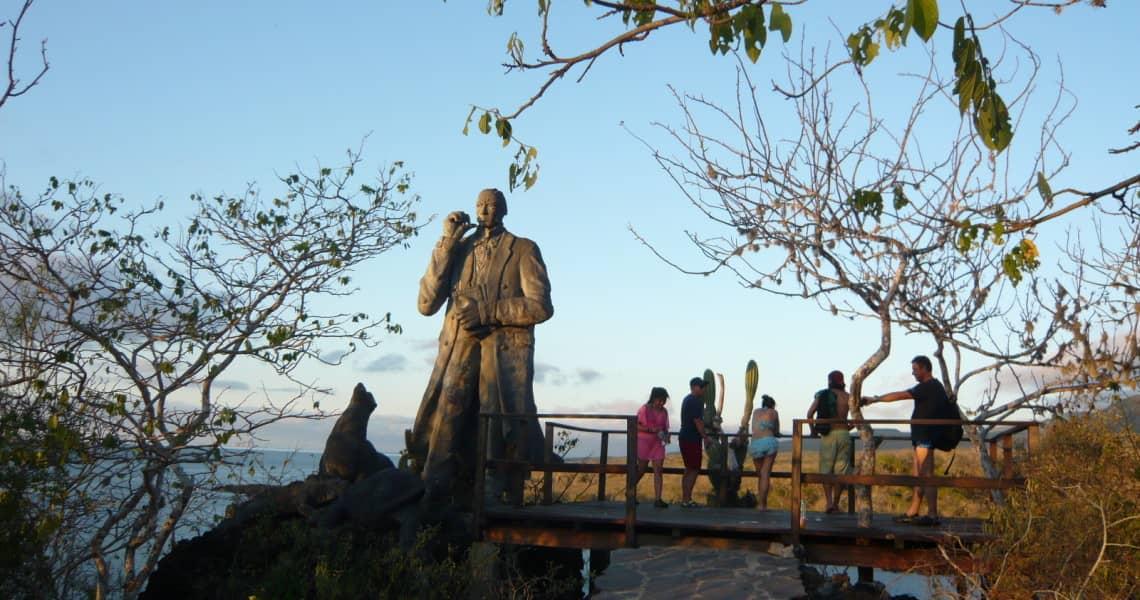 Das Charles Darwin-Denkmal thront über der Stadt.