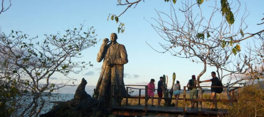 Das Charles Darwin-Denkmal thront über der Stadt Puerto Baquerizo Moreno auf der Galapagos-Insel San Cristóbal