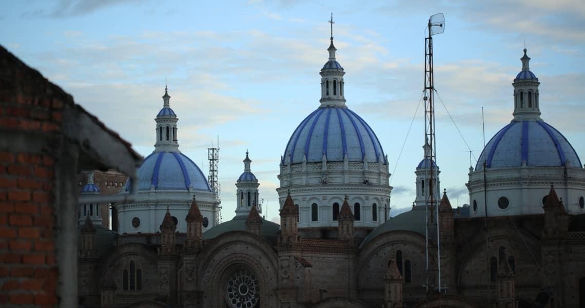 Sonnenuntergang hinter der dreitürmigen Kathedrale in Cuenca - die beste Reisezeit Ecuador und Galapagos-Inseln