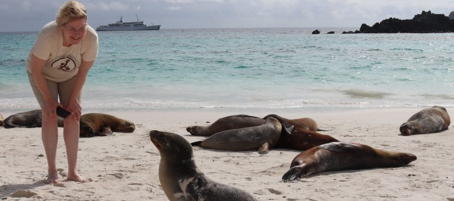 Galapagos PRO Gründerin Beate Zwermann mit Seelöwen auf Española