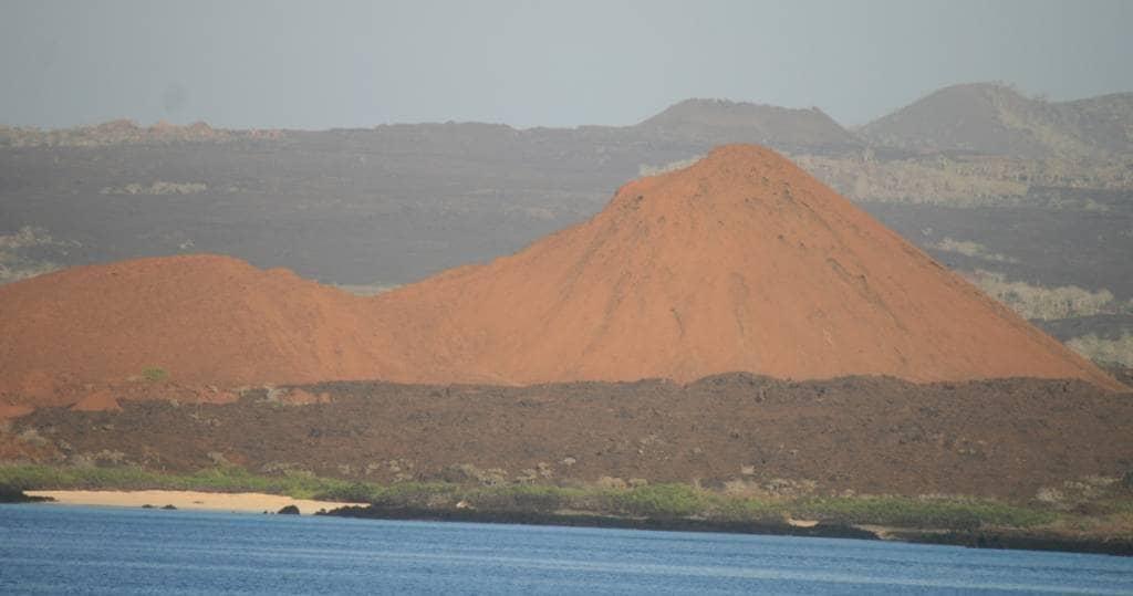 Blick auf die Schildvulkane der Galapagos-Insel Santiago