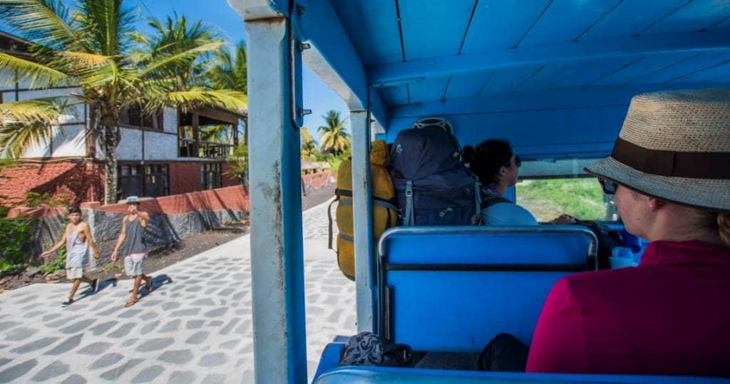 Transport in Galapagos im Touristenbus auf Isabela