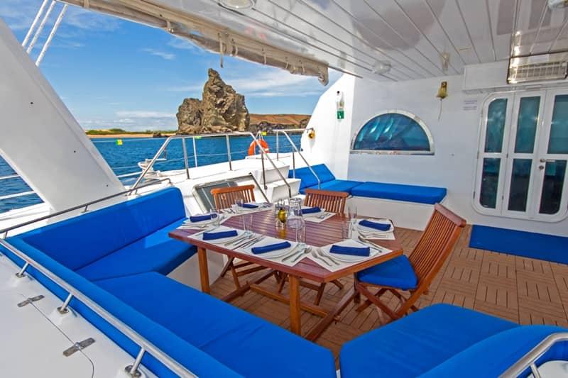 Galapagos-PRO-Nemo-III-Deck-und-Essbereich