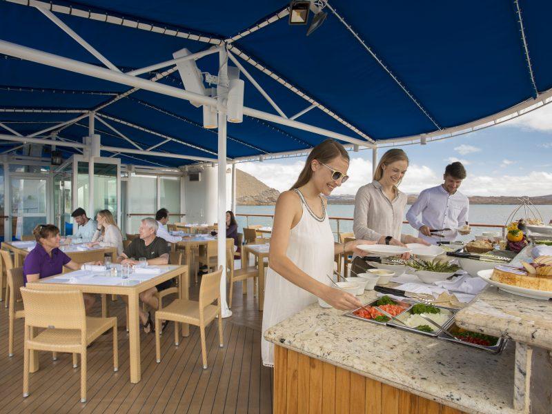 Frische renoviertes Oberdeck mit allem Restaurant-Komforts auf dem Galapagos Kreuzfahrtschiff Isabela II