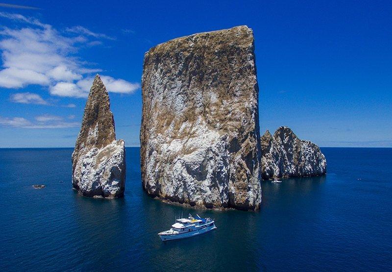 Das Galapagos-Kreuzfahrtschiff Beluga vor imposanter Kulisse des Leon Dormido
