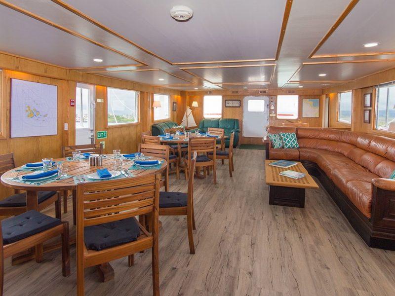 Die Lounge und der Essbereich der Cachalote Explorer