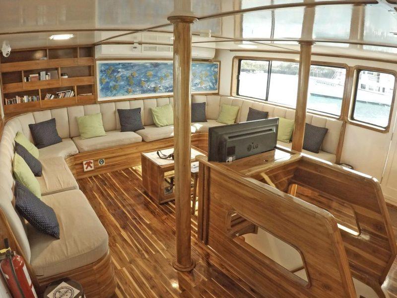 Galapagos-Kreuzfahrt - Nach dem Abendessen kann man gut in der Lounge der Eden entspannen