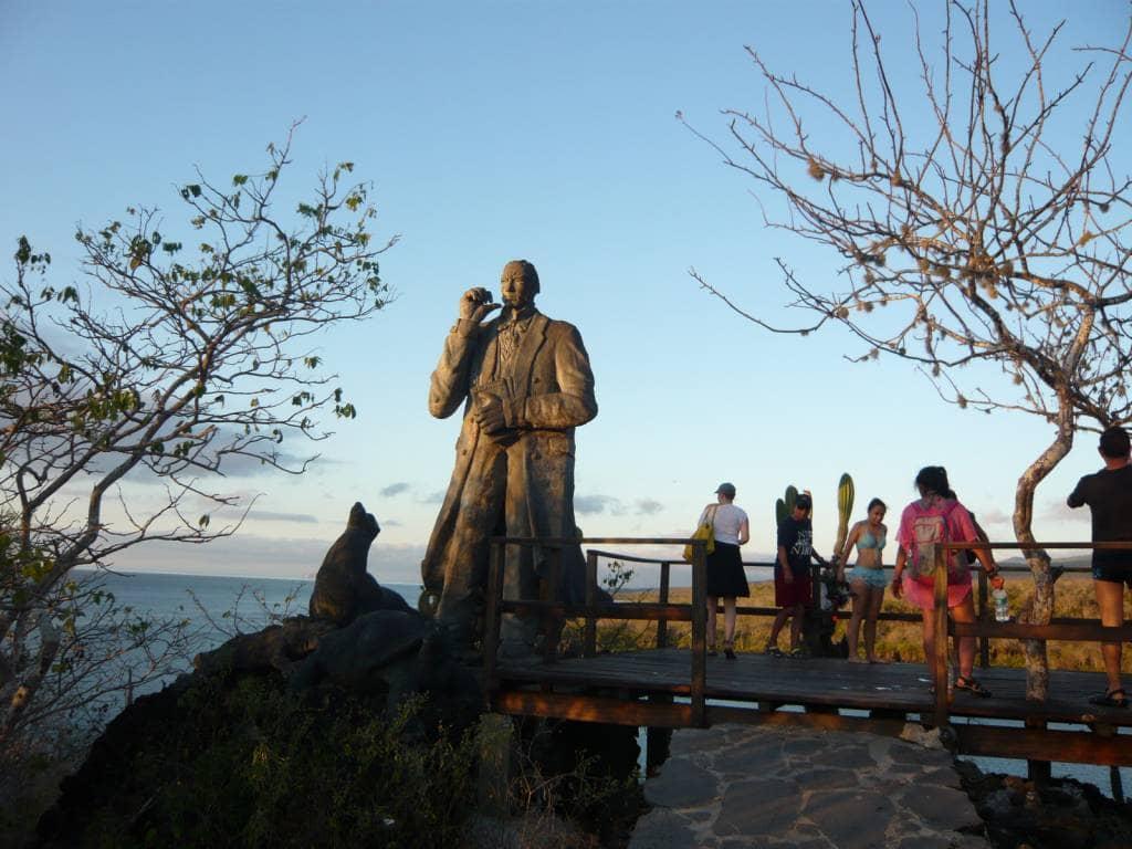 Hoch über der Galapagos Insel San Cristóbal drohnt eine Charles Darwin Statue
