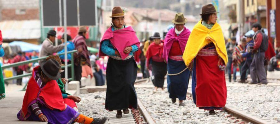Farbenfrohe Kleidung der Andenbevölkerung - Bevölkerung aus den Anden - Kultur in Ecuador und Galapagos-Inseln
