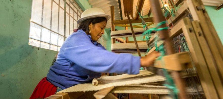 Noch wird traditionell am Webstuhl gearbeitet - Kultur in Ecuador und Galapagos-Inseln