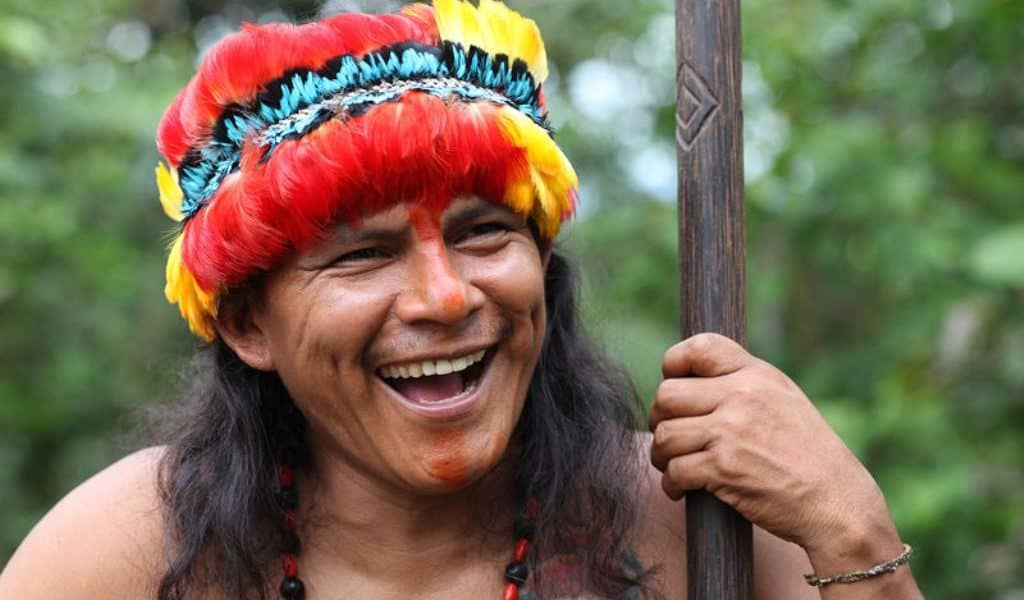 Mit bunten Federn geschmückter Shuar-Häuptling - Kultur in Ecuador und Galapagos-Inseln