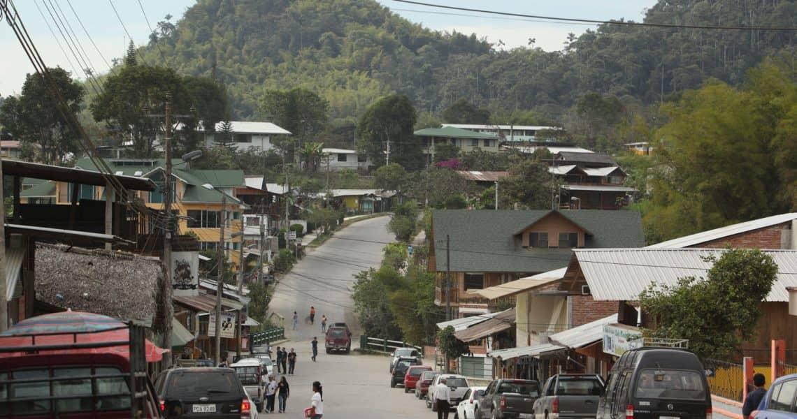 Mit dem Auto über die asphaltierten Straßen von Dorf zu Dorf fahren - Reisen in Ecuador und Galapagos-Inseln