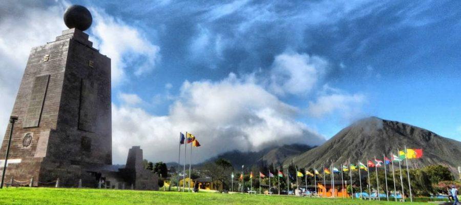 An den Füßen der Berge Quitos liegt das Highlight in Quito - Mitad del Mundo Denkmal & Museum IntiÑan Museum - Top 10 Sehenswürdigkeiten Ecuadors