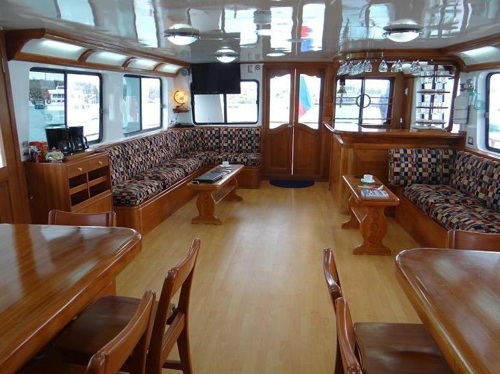 Lounge und Speisebereich der Motoryacht Angelito