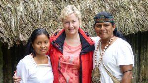 Beate - Gründerin von Galapagos PRO - mit dem Shuar-Häuptling Tzamarenda Naychapi und seiner Frau Maria in Tawasap
