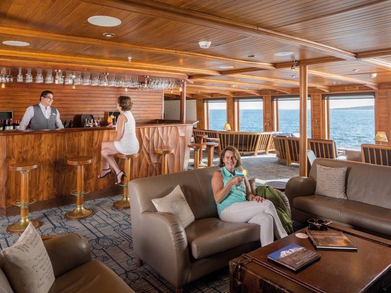 Galapagos-Kreuzfahrt - Die gemütliche Lounge auf der Galapagos Legend