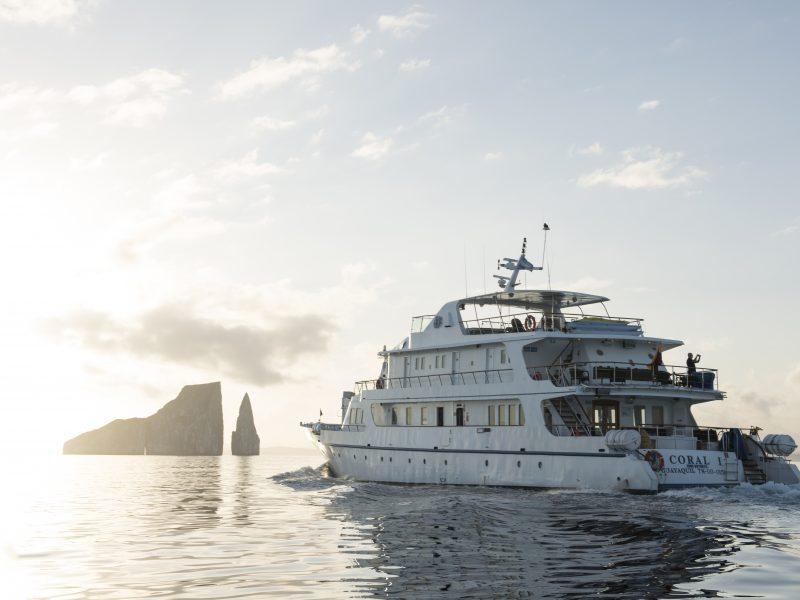 Galapagos-Kreuzfahrt - Die Coral I auf dem Weg zum Leon Dormido Felsen