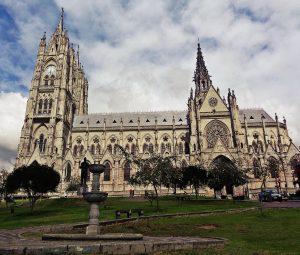 Die imposante neugotische Basílica del Voto Nacional in Quito