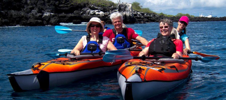 Barrierfrei reisen: Gemeinsam Spaß während des Seekajaks fahren auf den Galapagos-Inseln
