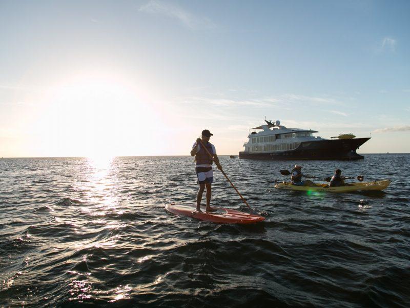 Galapagos-Kreuzfahrt Origin - Stand-Up Paddle Board und Kajak fahren gehört zu den Aktivitäten der Origin