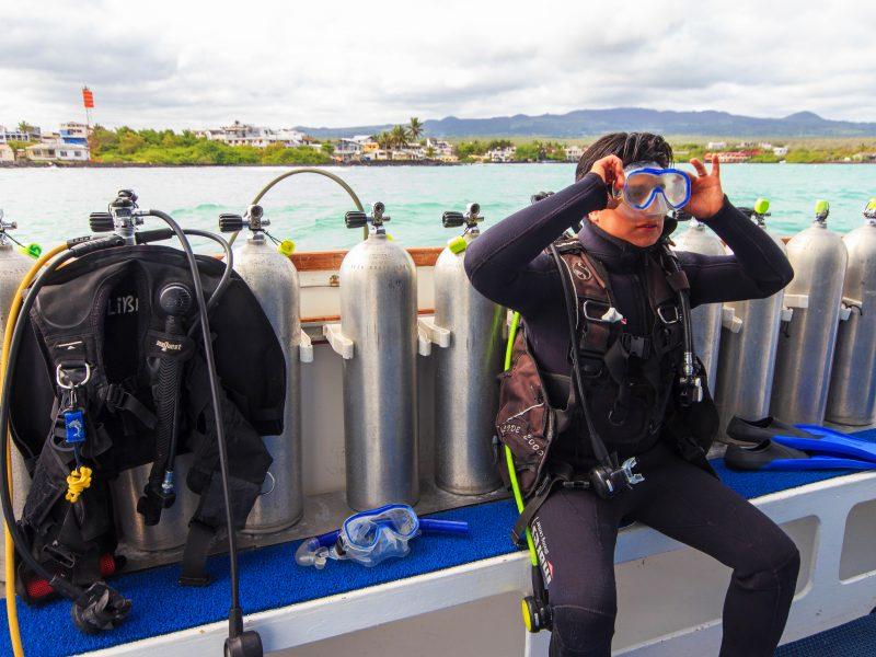Galapagos-Kreuzfahrt Aqua - Taucher bei den letzten Vorbereitungen an Bord