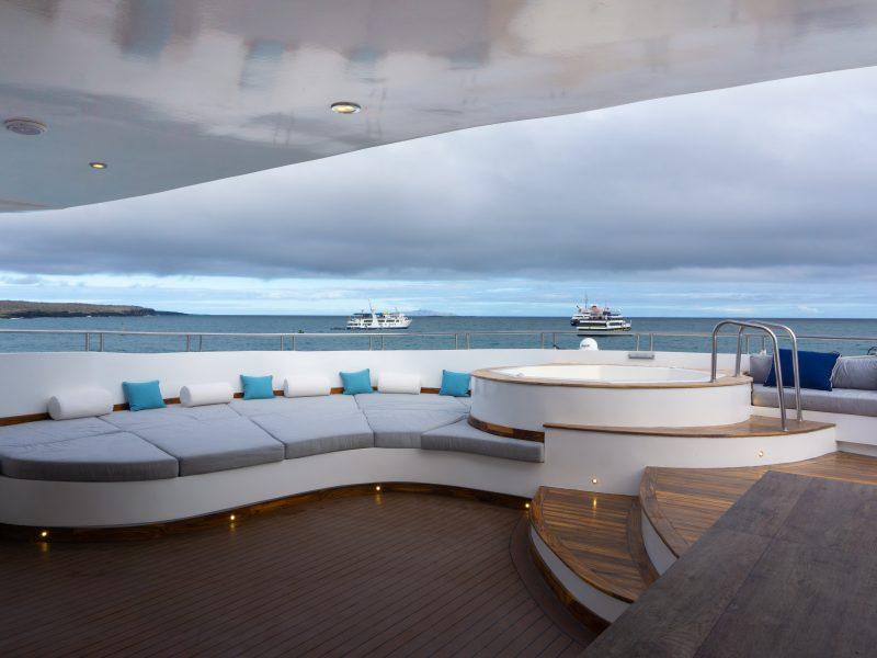 Galapagos-Kreuzfahrt Infinity - der runde Jacuzzi auf dem Sonnendeck der Infinity