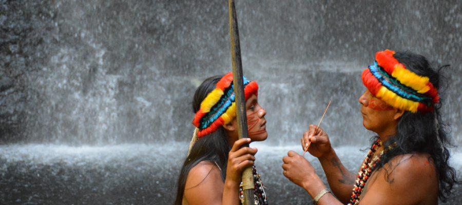 Ecuador Reise Schamane am Wasserfall