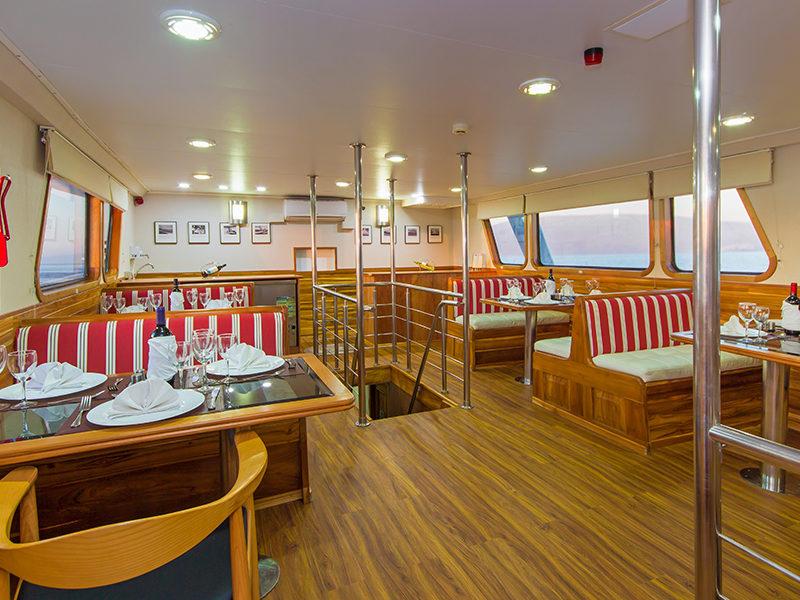 Neue Tauchsafari auf der Galapagos-Kreuzfahrt Blue Spirit Essensbereich mit Galapagos-Pro
