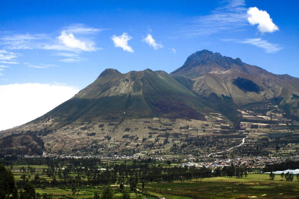 Das Bild zeigt das Tal von Otavalo in Ecuador sowie den Vulkan unmittelbar dahinter