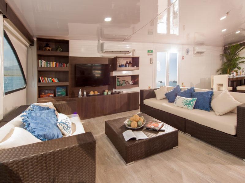 Galapagos Kreuzfahrt EcoGalaxy Lounge bei Galapagos Pro