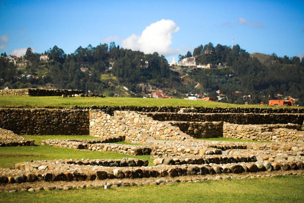 Das Foto zeigt einige Steinruinen von der ehemaligen Inkastätte Ingapica in Ecuador