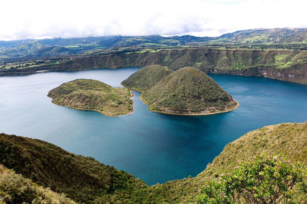 Wunderschöner Blick vom Aussichtspunkt auf die Inseln in der Cuicocha Lagune in Ecuador