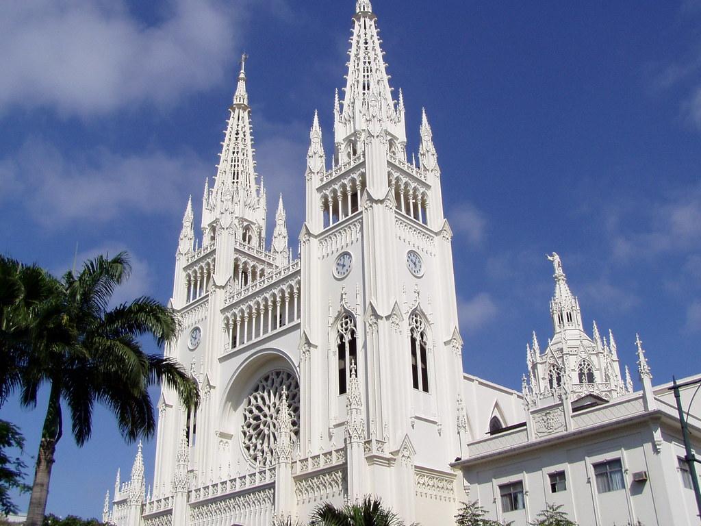 Die Catedral Metropolitana de Guayaquil Ecuador ist ein beeindruckendes, komplett weißes Gebäude mit vielen Spitztürmchen