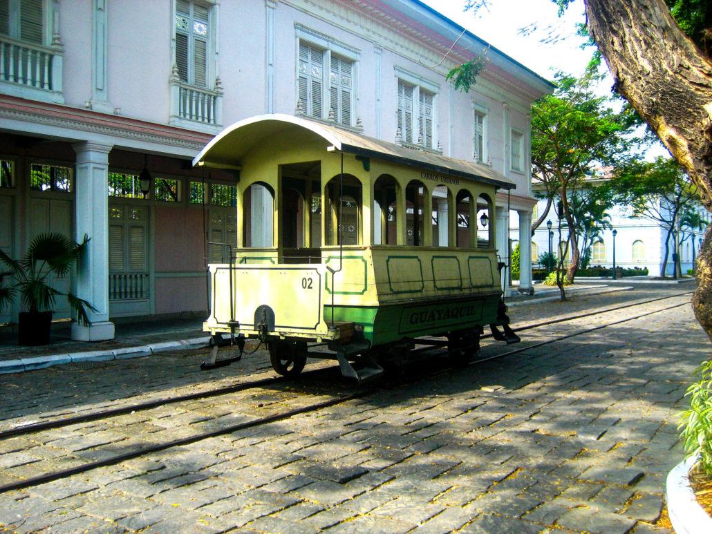 Ein Historisches Zugabteil in Ecuador Guayaquil inmitten einer alten Bahnstrecke