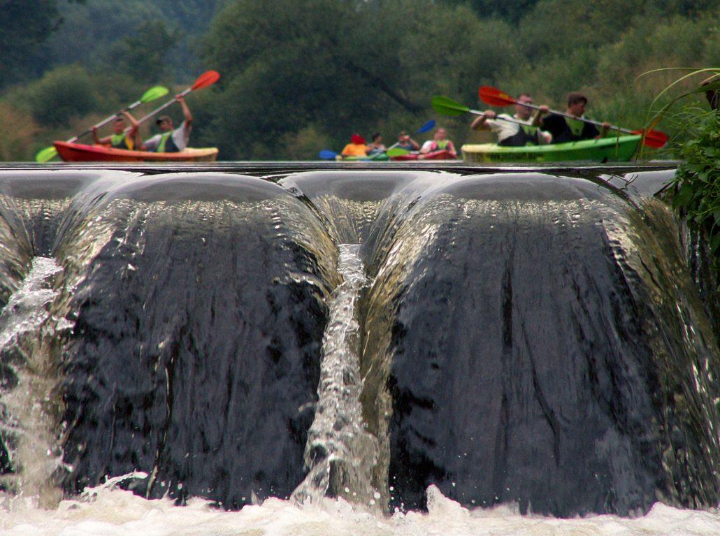 Eine Gruppe Kajaks beim Rafting in Ecuador Banos. Das Amazonasgebiet bietet atemberaubende Ausblicke und besondere Rafting Strecken!