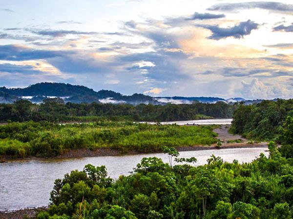 Das Bild zeigt zwei Flüsse, den Pano un den Misahuallí, kurz vor ihrem Zusammenfluss bei Tena in Ecuador