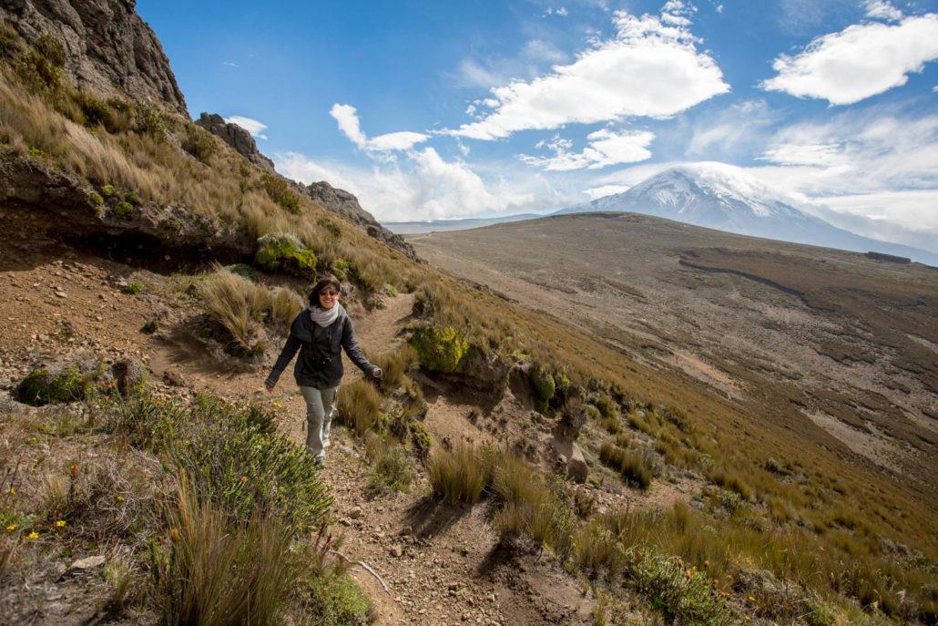 Foto von einer Frau die auf einem kleinen Pfad in den Bergen um Riobamba in Ecuador wandert