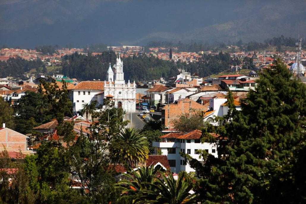 Das Foto bietet einen Blick über die Dächer von Cuenca in Ecuador