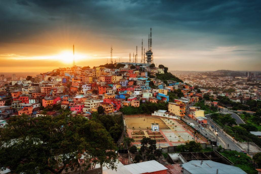 Ecuador Guayaquil City von oben im wunderschönen Sonnenlicht - shutterstock